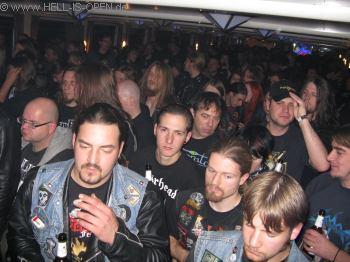 Fans in den hinteren Reihen bei PAGAN RITES