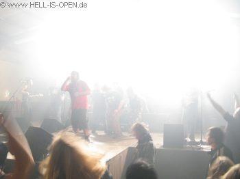 """BATTLE AGAINST THE EMPIRE und wieder dürfen die Fans beim Schlußsong """"Killing in the name of"""" mit auf die Bühne"""