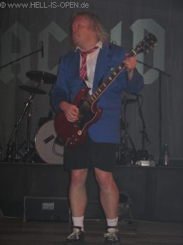 AC/ID Der Gitarrist gibt alles...