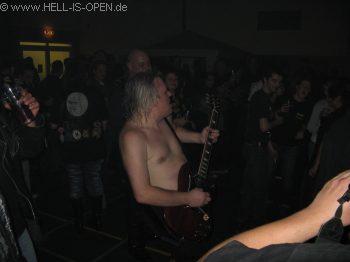 AC/ID Der Gitarrist dreht mal ne Runde durch Publikum und spielt ein Solo
