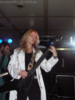 HAEMORRHAGE Ana an der Gitarre