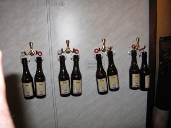 Kleine Kunstinstallation von hell-is-open aus Zischke Bierflaschen