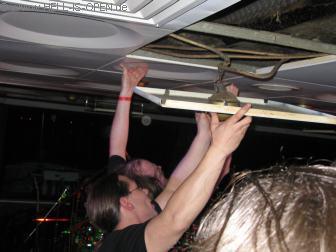 00:10 Uhr, ASPHYX grooven dermaßen dass die Deckenplatten von Schiff herabfallen ;-)