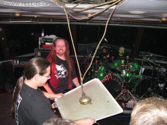 ASPHYX Satanic von DESASTER versucht die herausgefallene Deckenplatte wieder einzusetzen