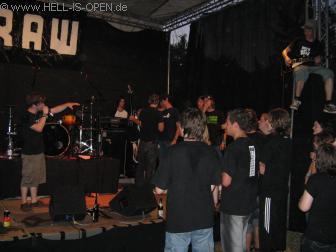 Pasta für Pavel Beim Schlusssong beginnt so langsam das Chaos, die Bands ergreifen die Instrumente und spielen mit den Jungs. Teils wird auch oben auf der Box gespielt.