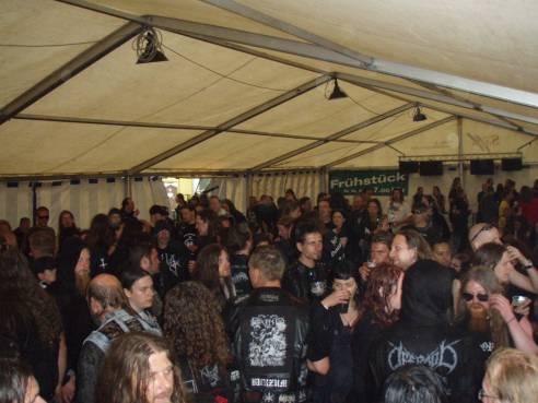 Regenversammlung im Partyzelt