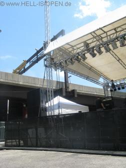 Die Bühne direkt neben eine Hauptstraße