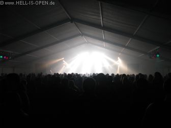 Volles Partyzelt um 03:18 Uhr
