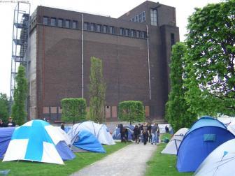 Camping mit Blick auf eine alte Förderanlage