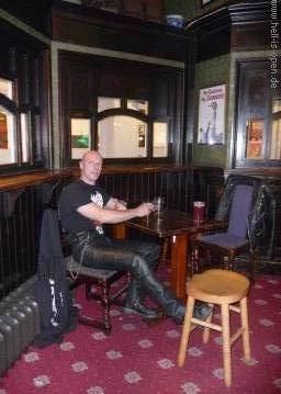 Erste Drinks im Underworld Pub