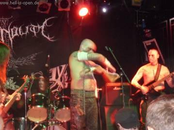 Permafrost aus Deutschland, der Sänger schlitzte sich den Arm zu tief auf und durchtrennte eine Arterie, was nicht gut ausging ....