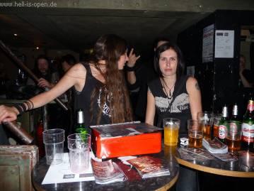 Jessie und Freundin an der Kasse