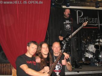 Posing mit Paul vor der Bühne während Wannes schon mal losröhrt.