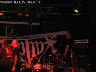 Das Aufhängen des Asphyx Banner (5mx6m) gestaltete sich etwas schwierig auf der kleinen Bühne :-)