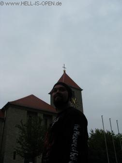 Böse Dän vor der besonderen Kirche in Giebelstadt