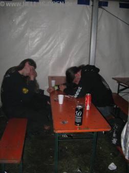 Müde Menschen um 2:37 Uhr im Partyzelt