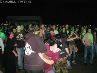 HOLEFULL OF LOVE und das Publikum feiern eine Party