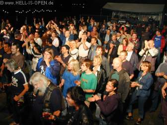 HOLEFULL OF LOVE und das Publikum tobt