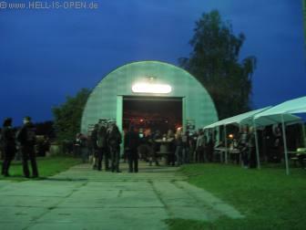 Der Hangar mit Bühne