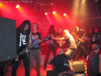 Suicidal Angels holen sich Fans auf die Bühne