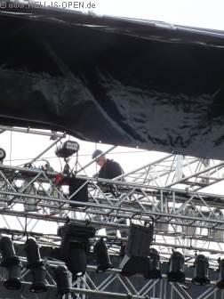 Problemfall: Bühnendach weggeweht Einsamer Bühnenarbeiter versucht zu retten...