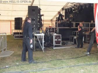 Die Zeltbühne wird für die Bands hergerichtet...