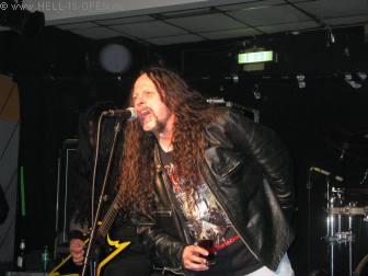 """Krisiun spielen zum Abschluss das Venom Cover """"In league with Satan"""" als Geburtstagsständchen für Bret Hoffmann von Malevolent Creation"""