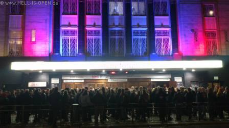 Etliche der 1800 Fans nach dem Gig vor dem HMV Forum in London