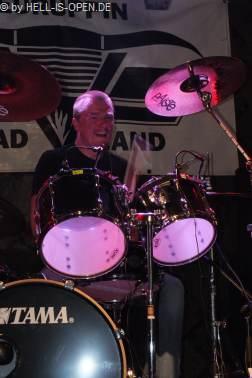 MASSIVE ASSAULT dem Drummer gefällts
