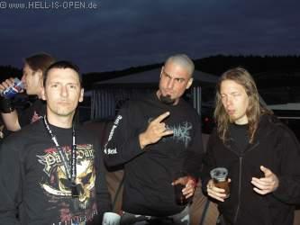 Hoher Besuch beim Hell-is-open Pavillon: AMON AMARTH und IMPIOUS kamen auf ein Bier vorbei. Rechts Fredrick Andersson von Amon Amarth (Schlagzeug)
