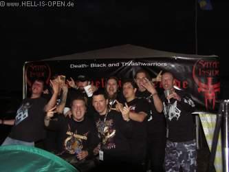 Hoher Besuch beim Hell-is-open Pavillon: AMON AMARTH,  IMPIOUS und Hell-is-open.de mit Gruppenbild vor dem Banner