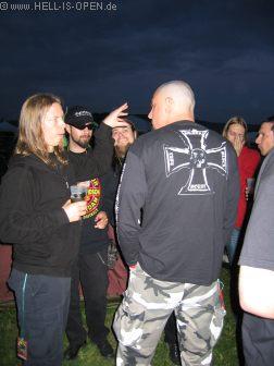 Hoher Besuch beim Hell-is-open Pavillon: AMON AMARTH und IMPIOUS kamen auf ein Bier vorbei.  Rechts hinten ein Techniker von AMON AMARTH