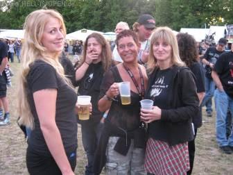 Weibliche Fans und Forsaken am Samstag Abend