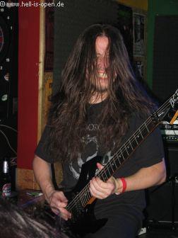 ASPHYX Gitarrist Paul gibt wie immer alles