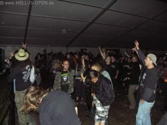 Fans bei der anschließenden Party im Zelt Bangen bei Slayer, Iron Maiden, Judas Priest, Disbelief und und und