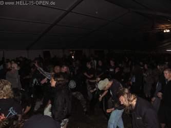 Fans bei der anschließenden Party im Zelt