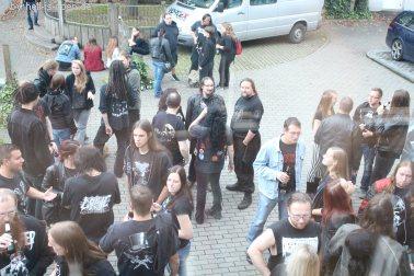 Draußen stehen viele Fans und tauschen sich aus