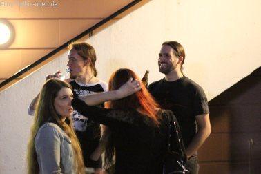 Bands (Revel in Flesh und Wound) und Freundinnen im Außenbereich