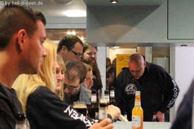 Durstige Fans und Veranstalter an der Bar