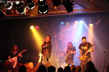 """Obscure Infinity Andi von CHAOS INVOCATION performt """"A Forlon Wanderer"""" als Gastsänger."""