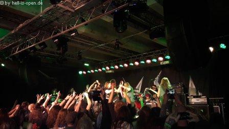 Sodom sind der Headliner und machen Party mit den Fans auf der Bühne
