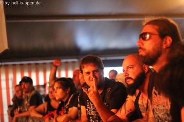 Fans, sogar aus Brasilien angereist, bei REBAELLIUN aus Brasilien auf der Zeltbühne