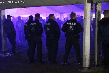 Bewachung oder Überwachung? Polizei am letzten Abend im Partyzelt