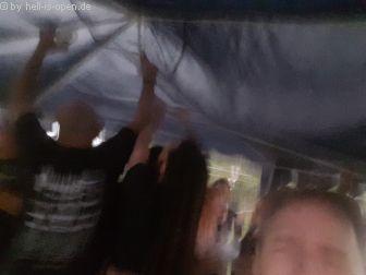 Das HIO Team versucht mit allen Mann den Pavillon im massiven Sturm und Regen festzuhalten. Was leider nur bedingt gelingt. Nach dem Gewitter von 10 Minuten war einiges verbogen und gebrochen. Aber Panzertape rettet uns... Ansonsten waren wir alle bis auf die Unterhosen nass und das Wasser stand in den Schuhen...