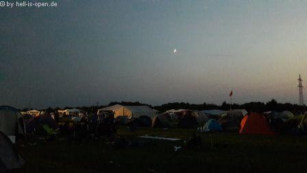 Campingplatz spät in der Nacht. Einige Pavillons gab es da schon nicht mehr...