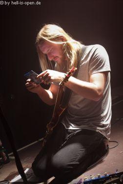 The Wiring Gitarrist Alex wechselt on the fly seine kaputte Saite