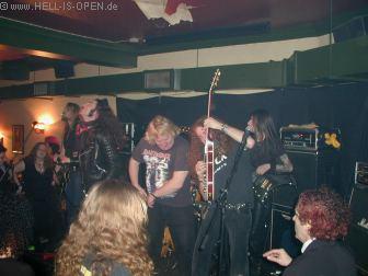Und schon wird ein Musiker von einer anderen Band aus dem Publikum geholt und die Gitarre in die Hand gedrückt