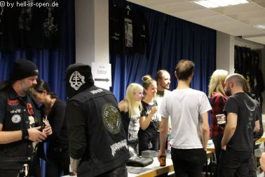 Fans und Bands beim Merchandise Path of Death 7 in Mainz