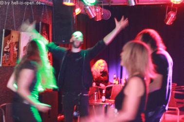 Fans und Bands auf der Aftershowparty