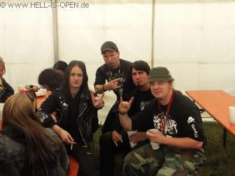 Hell-is-open Members Backstage mit dem Sänger von Watain
